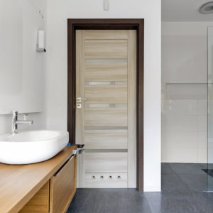 Межкомнатные двери в ванную и туалет: 10 советов по выбору