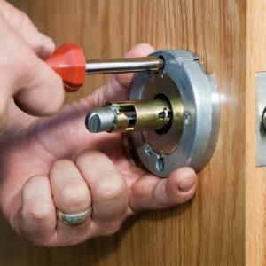 Способы регулировки замка межкомнатной двери: варианты неполадок и инструкция по настройке