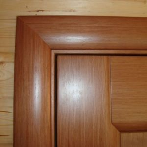 Как закрепить наличник межкомнатной двери, если он отошел от стены или косяка?