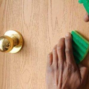 Как и чем помыть межкомнатные двери: профессиональные и народные средства для уборки