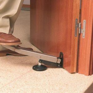 Что делать, если просела межкомнатная дверь: как приподнять на съемных и несъемных петлях?