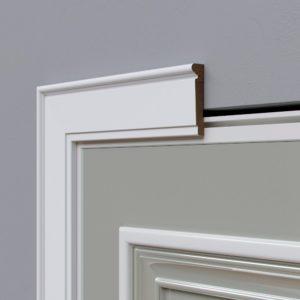 Способы приклеить комплектующие к межкомнатным дверям