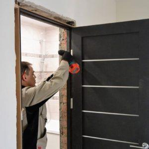 Как быстро установить межкомнатную дверь: правила и лайф-хаки