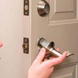 Что делать, если заедает ручка межкомнатной двери: причины и способы ремонта