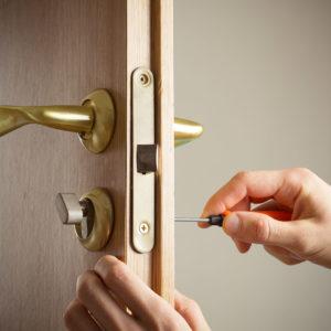 Что делать, если межкомнатная дверь не закрывается до конца: причины и способы решения